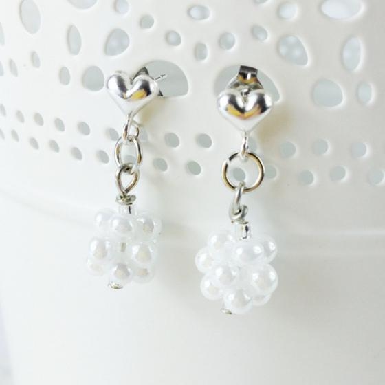 Orecchini sposa bianchi a sfera Delicate Daffodil Bijoux