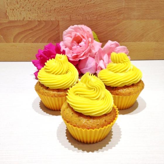 Tre cupcake con crema al burro all'aroma di limone e semi di papavero